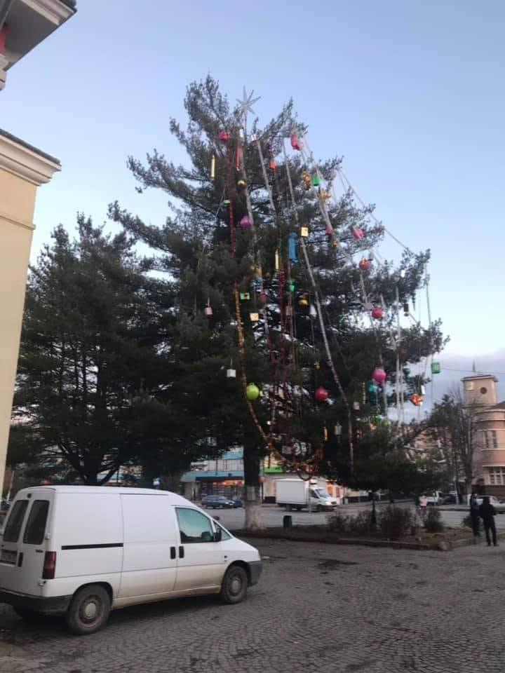 Ялинку в Сваляві висміяли у соцмережах (ФОТО)