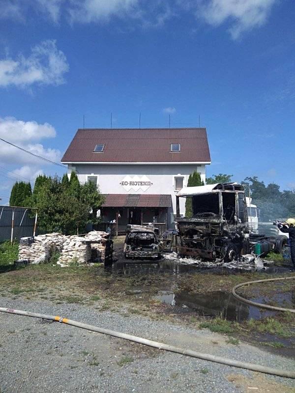На Берегівщині разом згоріли дві автівки: Таврія та вантажівка Renault (ФОТО)