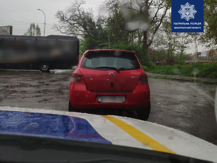 На Закарпатті агресивний водій ледь не наїхав на поліцейського (ФОТО)