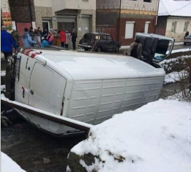 У Рахові мікроавтобус вилетів у річку (ФОТО)