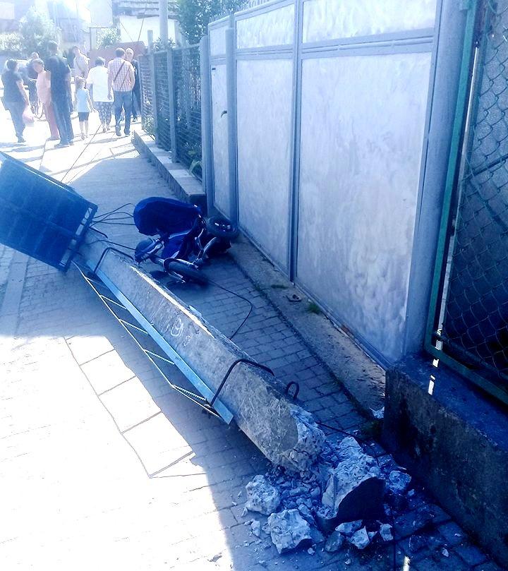 Бетонний стовп упав на дитину з мамою: подробиці (ФОТО)