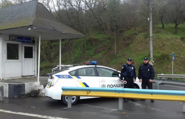 """Поліція вимагає хабарі у іноземних туристів, які їдуть відпочивати на прикарпатський гірськолижний курорт """"Буковель"""" - губернатор"""