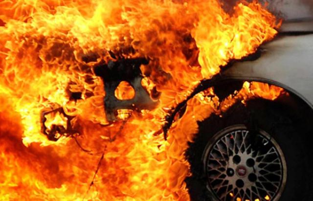 На Тячівщині горіла Audi A8. Експерти встановлюють причину
