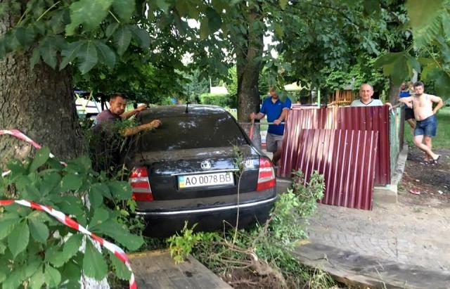 Утікаючи від патрульних п'яний ДАІшник протаранив дитячий садок в Ужгороді (Доповнено, ФОТО, ВІДЕО)