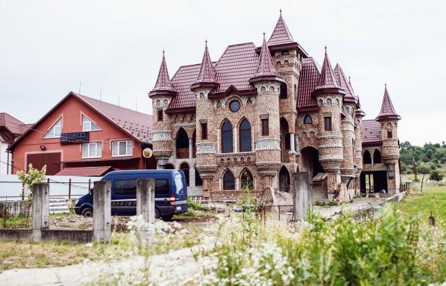 У селі Нижня Апша не будують маєтки менше, ніж на 25 кімнат (ФОТО)