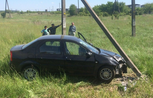ДТП на Мукачівщині: водій на Renault врізався в стовп (ФОТО)