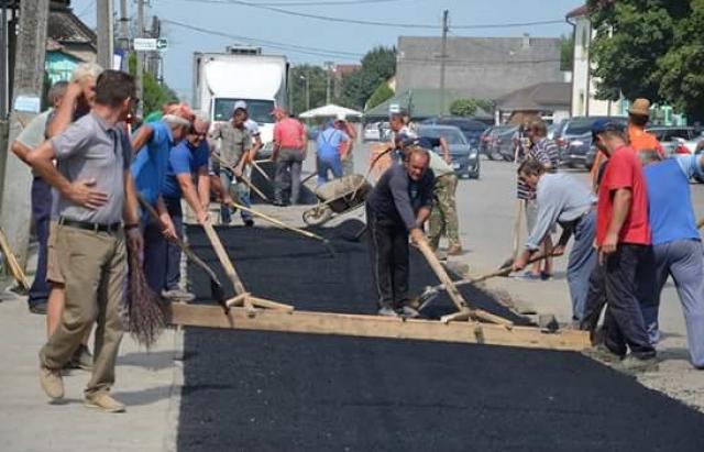 Набридло чекати: у Великій Доброні люди власноруч заасфальтували всі вулиці. Втричі дешевше, ніж у державі (ФОТО)
