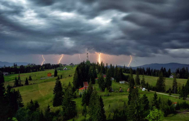 Зливи, грози і град: в яких регіонах України сьогодні погіршиться погода
