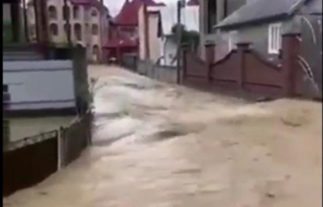 Сильна злива підтопила село на Рахівщині (ВІДЕО) || MUKACHEVO.NET