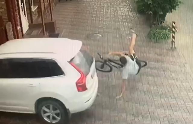 ДТП в Хусті: велосипедист та авто не поділили тротуар (ВІДЕО)