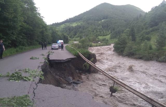 Паводок на Закарпатті: Рух трасою Мукачево-Рогатин відновлено (ФОТО)