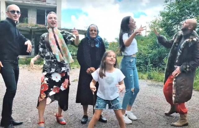 Відео дня: закарпатська інста-бабця заспівала кавер на відому пісню
