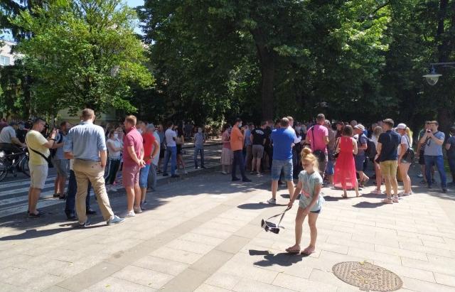 Десятки обурених підприємців зібрались в Ужгороді на мітинг щодо карантинних правил (ФОТО)
