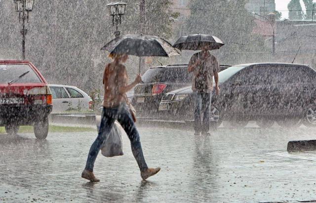 На Закарпаття насуваються сильні зливи та грози: можливі підтоплення