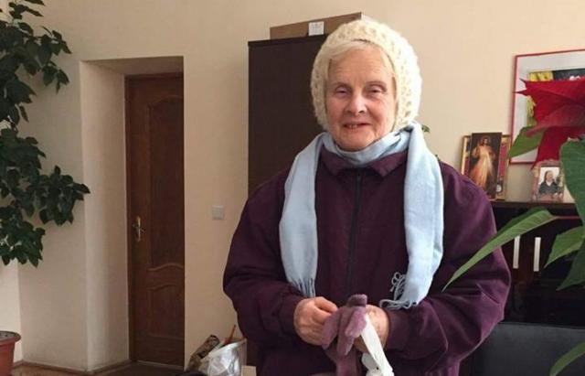 Герої в тилу! Закарпатська бабуся щороку передає в АТО теплі шкарпетки для воїнів (ФОТО)