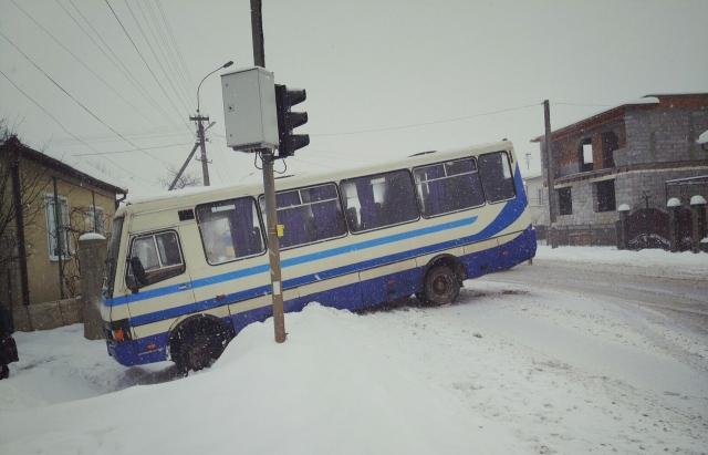 Непезпечна дорога. В Ракошині пасажирський автобус вилетів у кювет, біля с. Заклад спалахнув рейсовий автобус