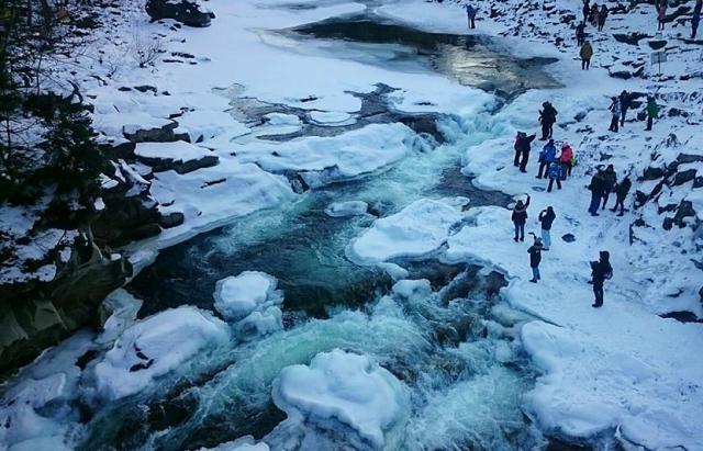 Водоспад біля Яремче покрився чарівною кригою