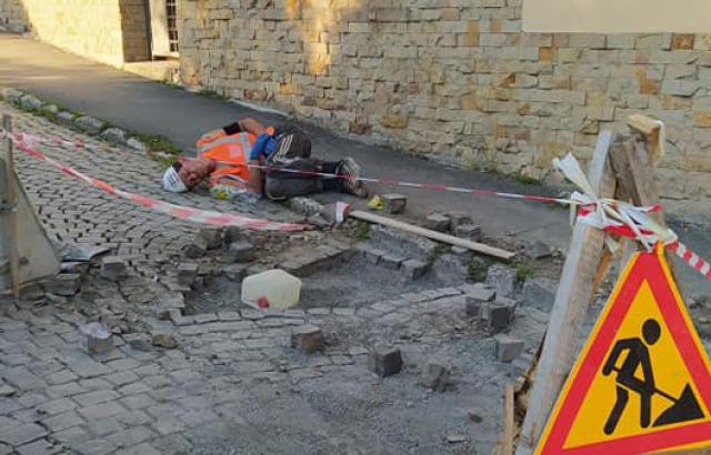 Курйоз дня: в Ужгороді дорожник заснув прямо на вулиці (ФОТО)