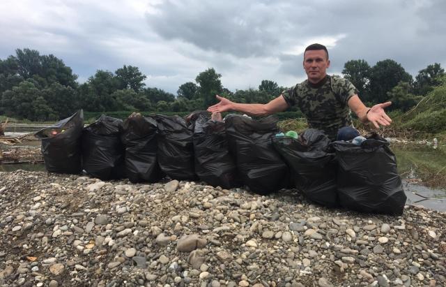 Прибирання замість рибалки: Небайдужі закарпатці чистять Тису від сміття (ФОТО)