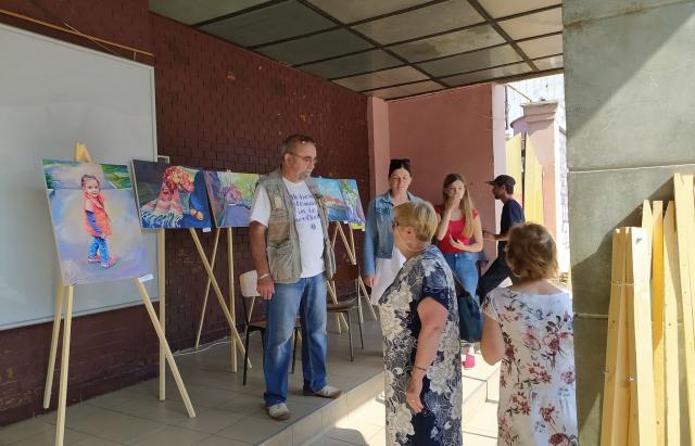 """У Берегові відкрили виставку картин """"Карантинна творчість"""" (ФОТО)"""