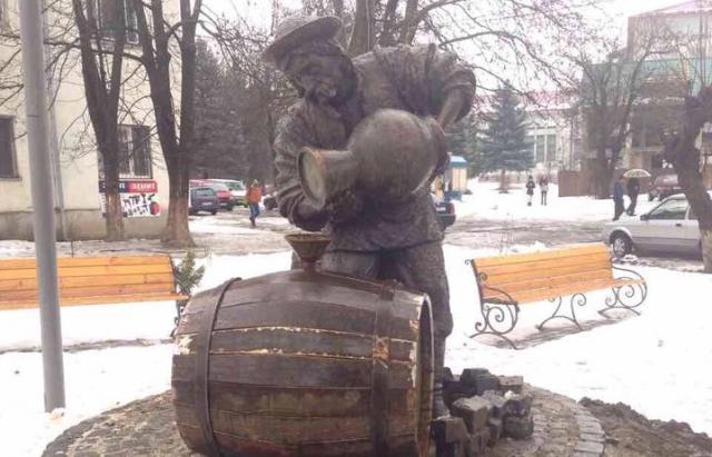 У Сваляві нова окраса: пам'ятник чоловіку, що розливає мінеральну воду в бочки