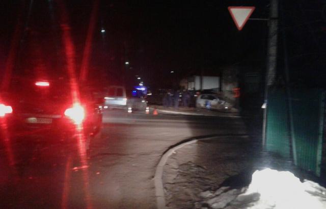 ДТП у Мукачеві: автівка знесла паркан і протаранила будинок (ФОТО)