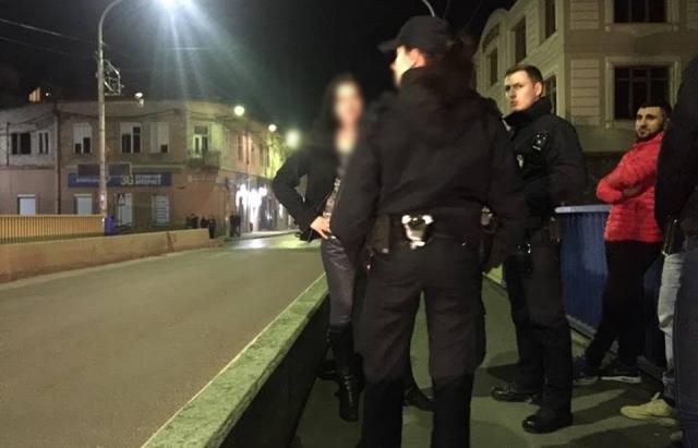 На мосту в Мукачеві врятували дівчину, яка стояла по той бік перил і готувалася стрибнути (ФОТО)