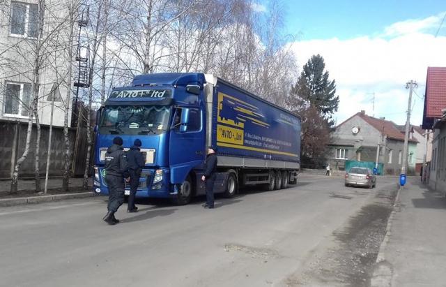 У Мукачеві активно штрафують вантажівки, які попри заборону заїжджають у місто (ФОТО)