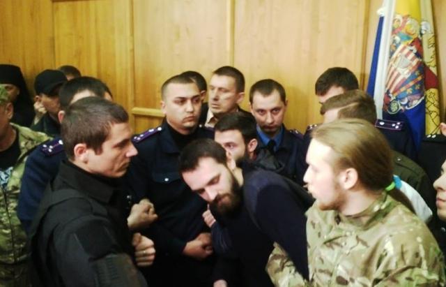 Бійка в Ужгородській міськраді: церковники та військові не поділили землю (ФОТО)