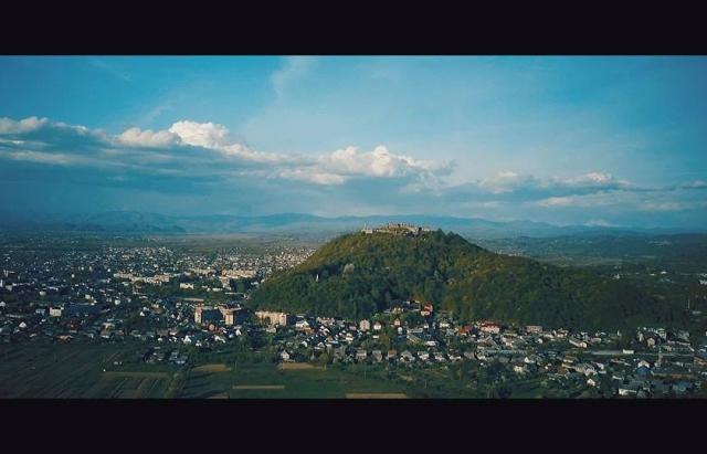 Вражаючі кадри. У мережі оприлюднили відео Хустського замку, зняте з висоти