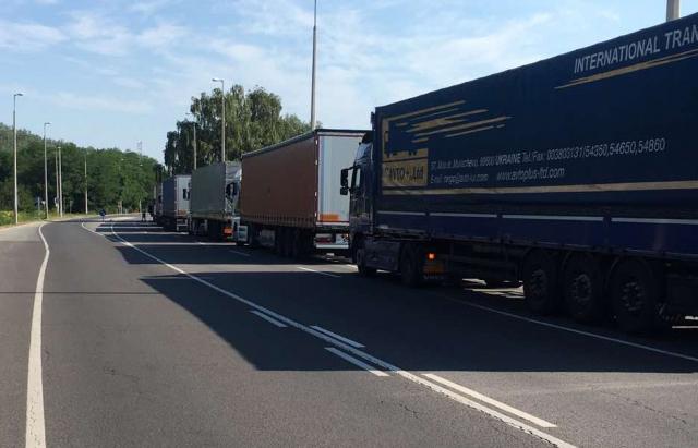 Великі черги на кордоні: Прикордонники розповіли скільки авто стоїть на закарпатських КПП