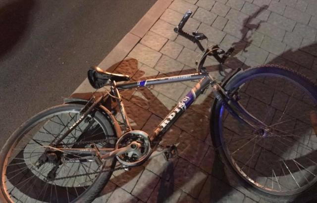 На переході в Ужгороді під Skoda потрапив велосипедист (ФОТОФАКТ)