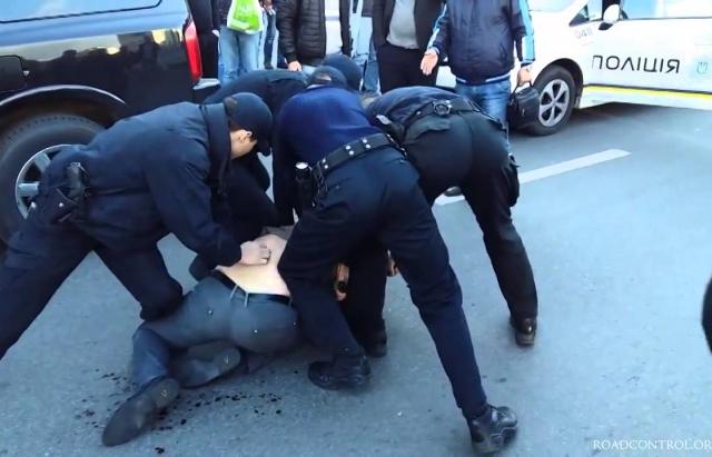 Залицяння у ресторані  закінчилось для 2-х закарпатців кайданками та арештом