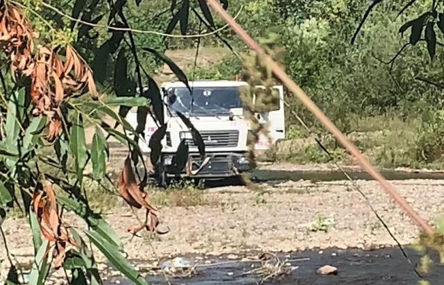 """Водій вантажівки """"ПБС"""" вирішив помити авто прямо у річці на Рахівщині (ВІДЕОФАКТ)"""