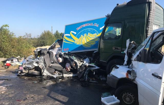 Масштабна ДТП на трасі Київ-Чоп: зіткнулися 6 автомобілів (ФОТО)