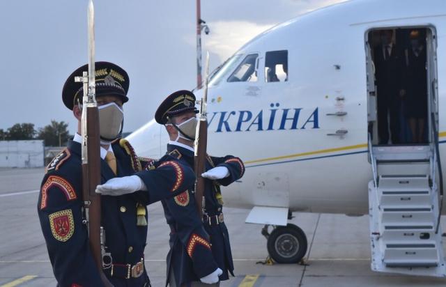 Дивне повернення: До Ужгорода Зеленський залетів до Кошице, а далі вирушив на лімузині (ФОТО)
