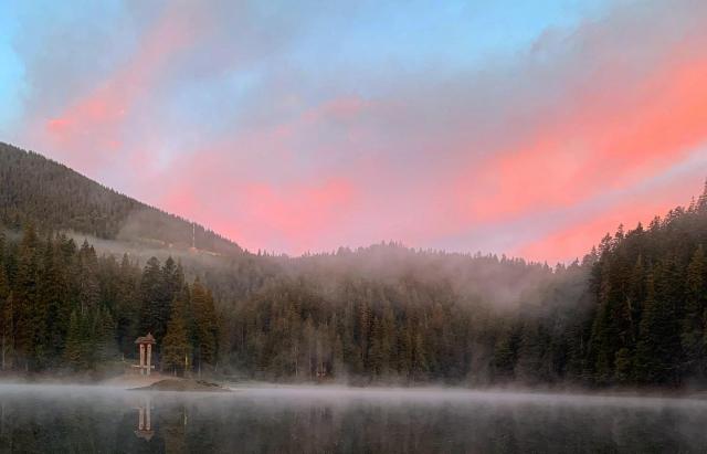 Фото дня: Магічний ранок на озері Синевир, яке окутав туман (ФОТО)