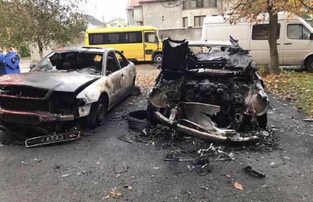 З'явились фото з місця пожежі 3-х авто в Мукачеві (ФОТО)