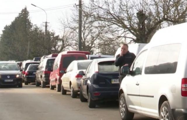 """Черги на кордоні: на КПП """"Лужанка"""" застрягло майже сотня автівок"""