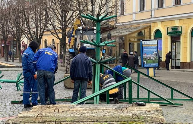 У Мукачеві почали встановлювати новорічну ялинку (ФОТОФАКТ)