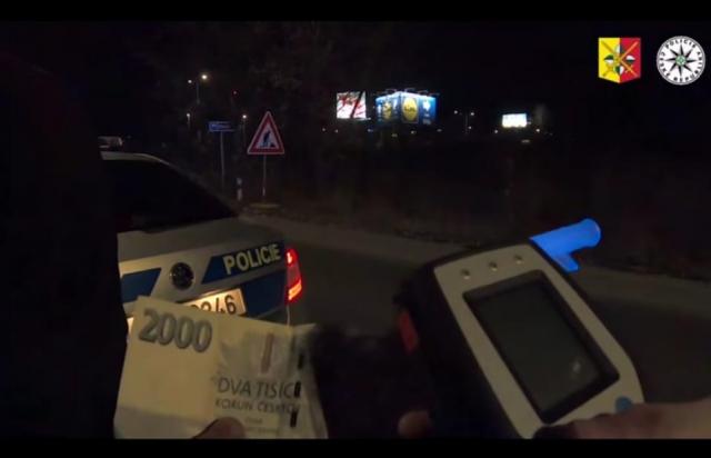 Більше 2-х проміле: Двоє українців спробували підсунути чеським поліцейським 2 тис крон (ФОТО, ВІДЕО)