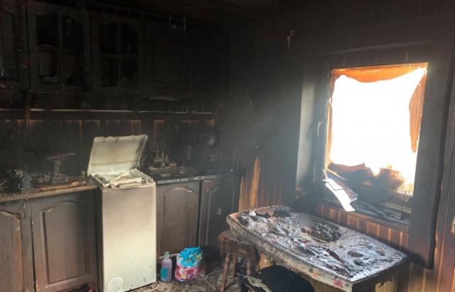 Пожежа на Рахівщині: посеред дня зайнялася літня кухні (ФОТО)