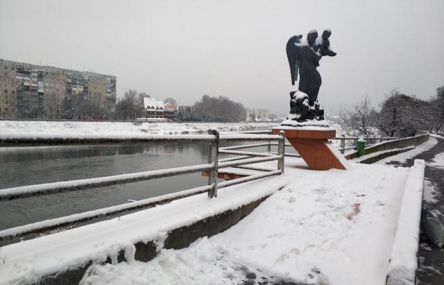 На Закарпаття прийшла зима: міста області вкрито снігом (ФОТО, ВІДЕО)