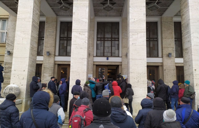 Тарифи на газ та світло: Перед Закарпатською ОДА зібралось чимало протестуючих (ФОТО, ВІДЕО)