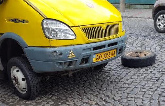 ДТП в Мукачеві: у маршрутки находу відірвалось колесо і полетіло в зустрічне авто
