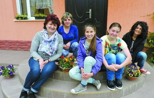 Герої серед нас: Закарпатська сім'я усиновила 67 сиріт