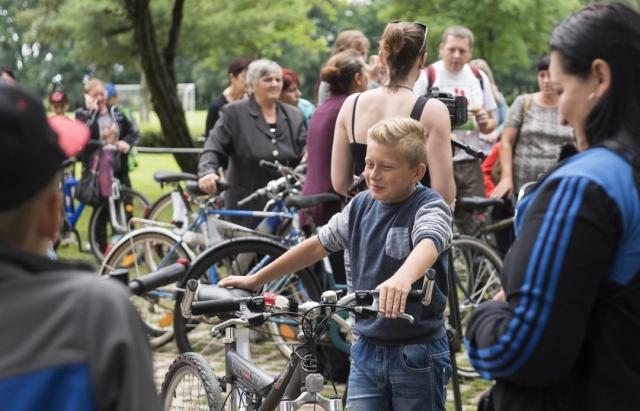 Багатодітним родинам із Закарпаття благодійники вручили німецькі велосипеди (ФОТО)