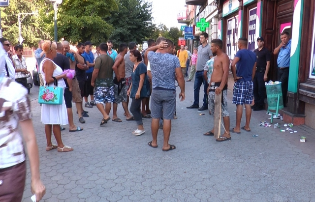 У центрі Мукачева розлючені роми ледь не влаштували розправу над чоловіком з ножем. Офіційні подробиці