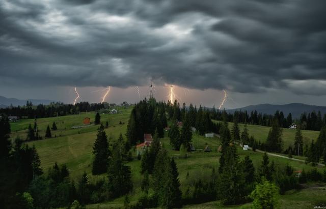 Йдуть грози та зливи: закарпатські синоптики оголосили штормове попередження