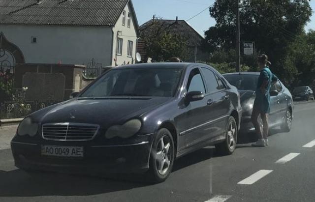 ДТП під Мукачевом: Peugeot протаранив Mercedes (ФОТО)